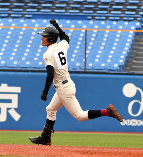 八戸学院光星対東邦 9回表八戸学院光星1死、武岡はバックスクリーンに本塁打を放ちガッツポーズする(撮影・柴田隆二)