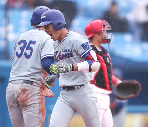 中部学院大対関西国際大 4回裏関西国際大2死満塁、左越え満塁本塁打を放ち雄たけびを上げながら生還する尾崎(手前)(撮影・垰建太)
