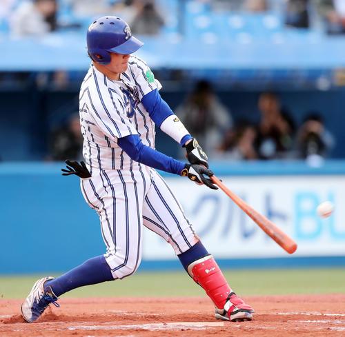 九州共立大対立正大 7回裏立正大無死三塁、先制の左越え2点本塁打を放つ伊藤裕(撮影・垰建太)
