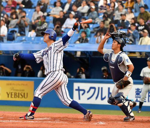 九州共立大対立正大 7回裏立正大無死一塁、伊藤裕は左越えに本塁打を放つ。捕手城間(撮影・柴田隆二)
