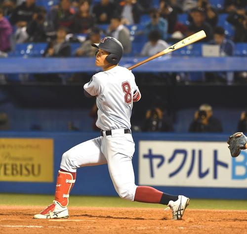 筑波大対近大 4回裏近大無死、佐藤は左越えに本塁打を放つ(撮影・柴田隆二)