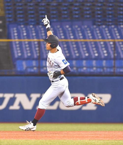 筑波大対近大 4回裏近大無死、佐藤は左越えに本塁打を放ちガッツポーズする(撮影・柴田隆二)