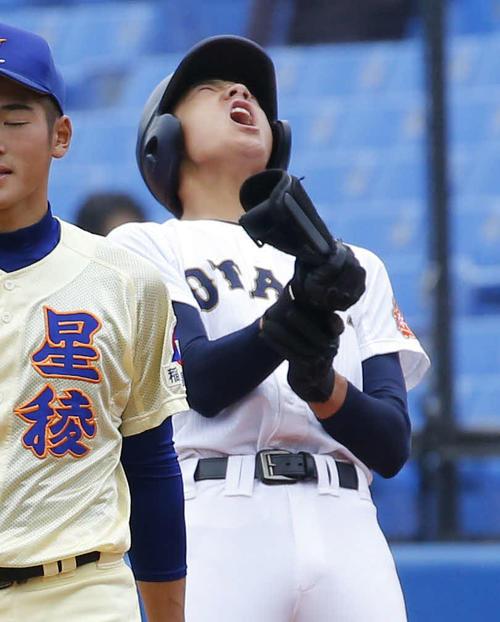 7回裏札幌大谷2死二、三塁、北本は中前2点逆転適時打を放ち一塁上で吠える(撮影・河田真司)