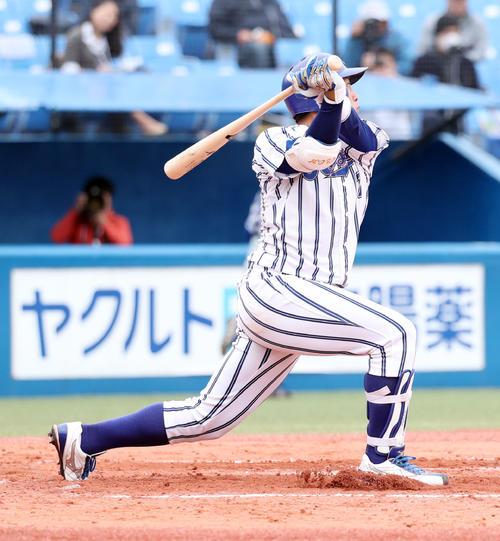 3回表立正大無死二塁、左中間に適時二塁打を放つ小郷(撮影・垰建太)