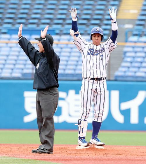 3回表立正大無死二塁、左中間に適時二塁打を放ちベンチに向かってポーズを決める小郷(右)(撮影・垰建太)