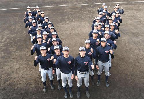 センバツ切符を手に入れて気合が入る及川(中央左)ら横浜の選手たち(撮影・山崎安昭)