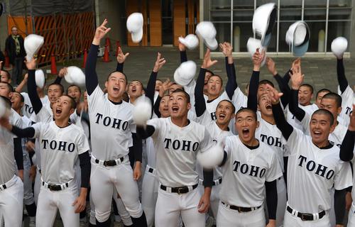 選抜高校野球の出場が決まり石川主将(中央)を中心に喜ぶ東邦ナイン(撮影・前岡正明)
