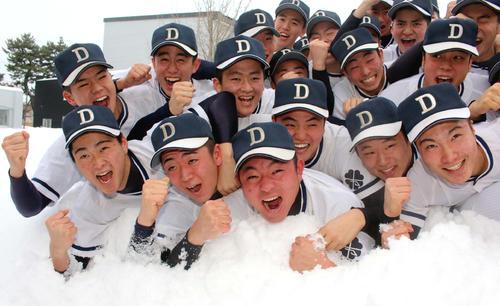 神宮大会枠でのセンバツ出場が決まり、雪の中で雄たけびを上げる札幌第一の選手たち(撮影・永野高輔)