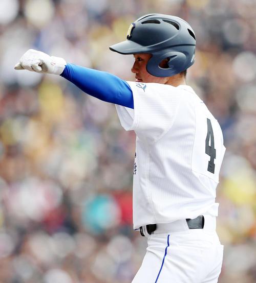 明豊対横浜 3回表明豊無死一、二塁、表は左前適時打を放ちベンチに向かって拳を突き出す(撮影・加藤哉)