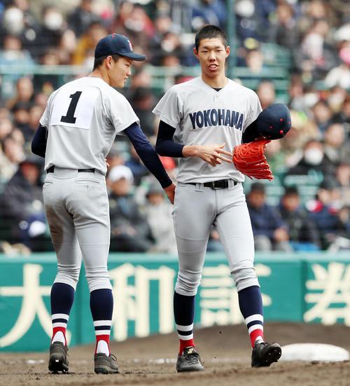 明豊対横浜 3回表明豊2死一塁、及川(左)は打者成田を迎えたところで降板し、マウンドを松本(右)に譲る(撮影・加藤哉)