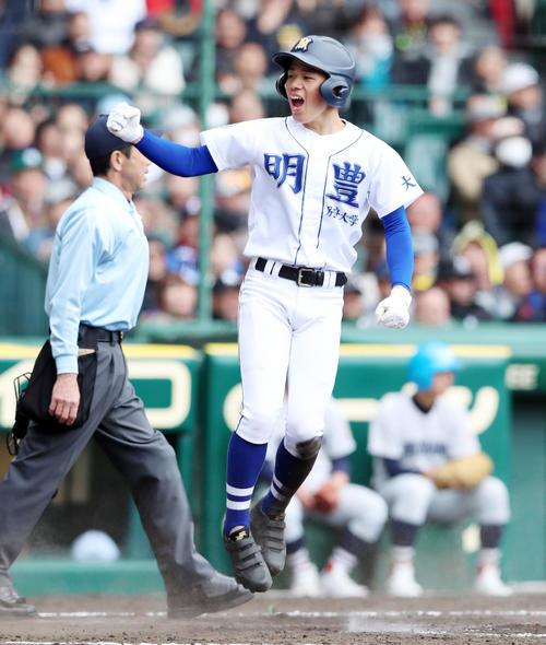 明豊対横浜 3回表明豊1死一塁、一走布施は野邊の左前打を相手がジャッグルする間に本塁生還する(撮影・加藤哉)
