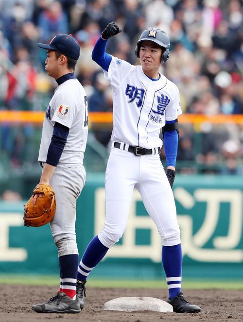 明豊対横浜 8回表明豊2死満塁、藪田は左越え適時二塁打を放ちベンチへガッツポーズを決める(撮影・加藤哉)