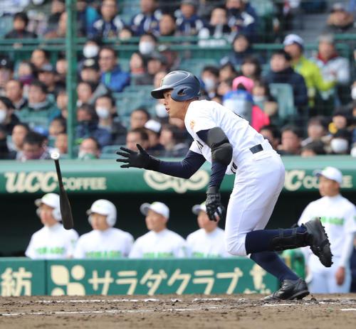 米子東対札幌大谷 3回裏札幌大谷2死二塁、石鳥は中越えに適時三塁打を放つ(撮影・黒河謙一)