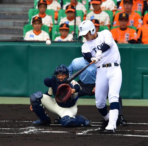習志野対東邦 1回裏東邦1死一塁、中越え先制2点本塁打を放つ石川昂弥(撮影・清水貴仁)
