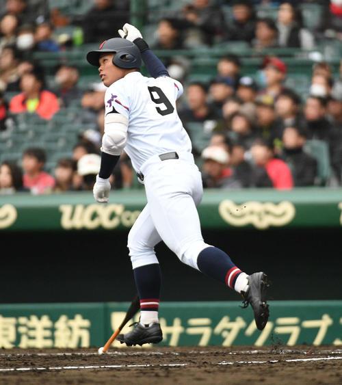 札幌第一対山梨学院 1回裏山梨学院2死一、二塁、野村健太は3点本塁打を放ちガッツポーズ(撮影・渦原淳)