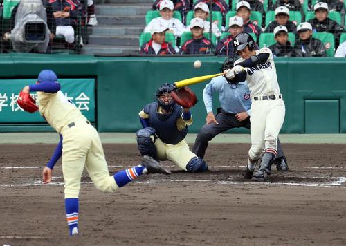 習志野対星稜 9回表習志野1死、兼子将太朗は左越えにソロ本塁打を放つ。投手奥川恭伸(撮影・栗木一考)