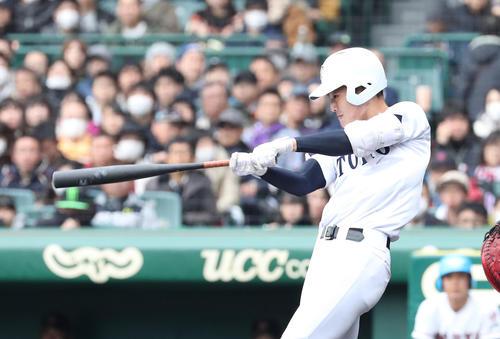 東邦対広陵 3回表東邦無死、石川昂弥は左越え本塁打を放つ(撮影・白石智彦)