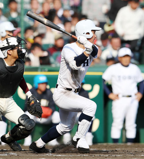 富岡西対東邦 7回裏東邦1死二塁、松井は左前適時打を放つ(撮影・加藤哉)