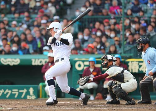 富岡西対東邦 7回裏東邦2死二塁、石川昂弥は中前適時打を放つ(撮影・宮崎幸一)