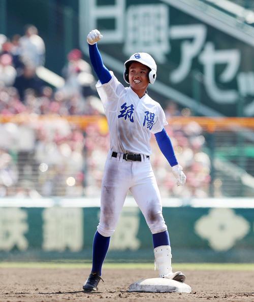 福知山成美対筑陽学園 7回裏筑陽学園2死二塁、野田は中越え適時二塁打を放ちベンチに向かってガッツポーズを見せる(撮影・加藤哉)