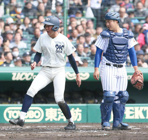 松山聖陵対大分 1回裏大分1死一、二塁、中尾拓士の右適時二塁打で小手川巧(左)が生還し2-0とする、右は捕手の岸田明翔(撮影・上山淳一)