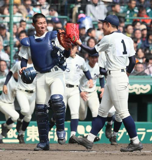 松山聖陵対大分 長尾凌我(右)は最後の打者を打ち取り、捕手の江川侑斗とグラブタッチで喜ぶ(撮影・上山淳一)