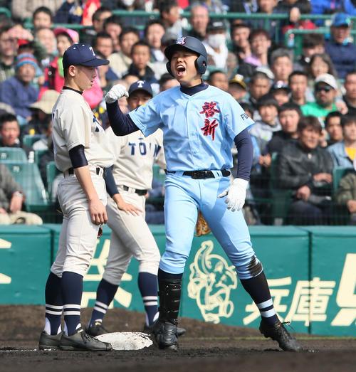 啓新対桐蔭学園 1回表啓新1死二塁、穴水芳喜(右)は先制の右越え三塁打を放ち三塁で喜ぶ(撮影・上山淳一)