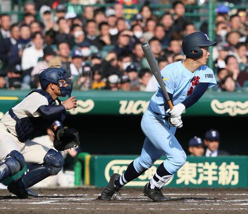 啓新対桐蔭学園 6回表啓新1死二塁、古川剛は左に適時二塁打を放ち4-2とする、捕手は清水聖(撮影・上山淳一)