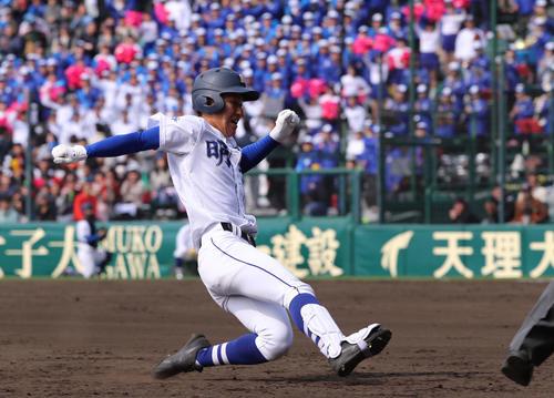 札幌大谷対明豊 4回裏明豊2死二塁、野辺は右翼線へ長打を放ち三塁へ滑り込む(撮影・黒河謙一)
