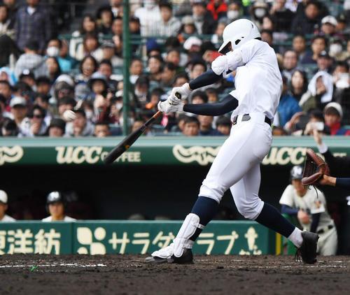 習志野対東邦 5回裏東邦2死二塁、石川昂弥は右中間2点本塁打を放つ(撮影・奥田泰也)