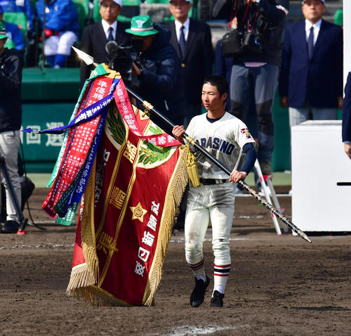 習志野対東邦 閉会式で準優勝旗を手にする習志野・竹縄俊希主将(撮影・清水貴仁)