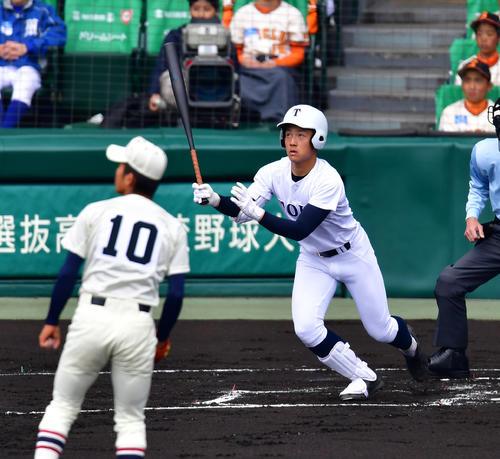 習志野対東邦 1回裏東邦2死一塁、右翼線へ適時三塁打を放つ吉納翼(撮影・清水貴仁)