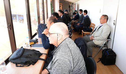 大船渡・佐々木を目当てに集まったスカウト(撮影・鈴木みどり)