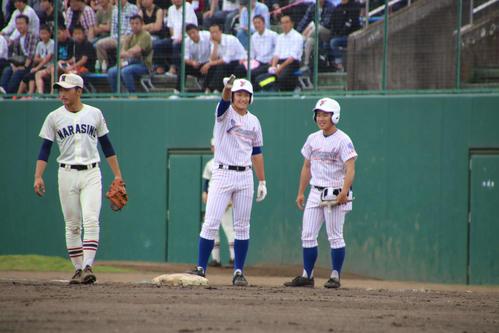 山村学園対習志野 山村学園 3回一二塁から左前に先制打を打ち喜ぶ和田(撮影・保坂淑子)