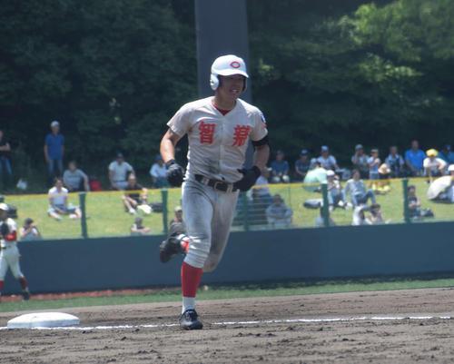 6回裏、無死満塁で同点の満塁弾を放った智弁学園・吉村(撮影・望月千草)