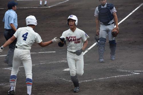 3回に2点本塁打を放った神戸国際大付・西尾(右)(撮影・望月千草)