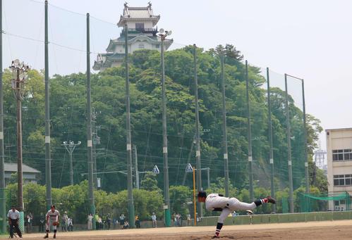 掛川城を見上げるマウンドで力投する横浜・及川(撮影・金子真仁)