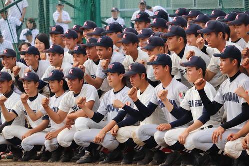 招待試合後に仲良く記念撮影する掛川西と横浜(撮影・金子真仁)
