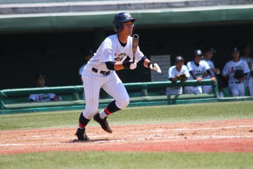 富山第一は村の右翼線二塁打で同点(撮影・柏原誠)
