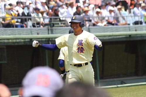 有松の逆転二塁打で生還し笑顔の星稜・奥川(撮影・柏原誠)