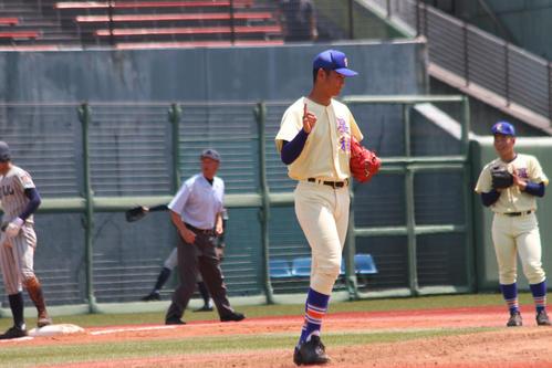敦賀気比・木下(左)に先制三塁打を許した星稜・奥川(撮影・柏原誠)