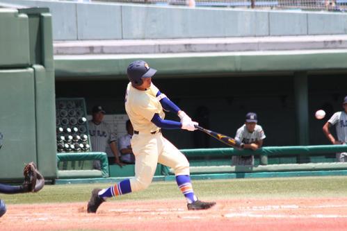 7回、左越えに逆転3点二塁打を放つ星稜・有松(撮影・柏原誠)