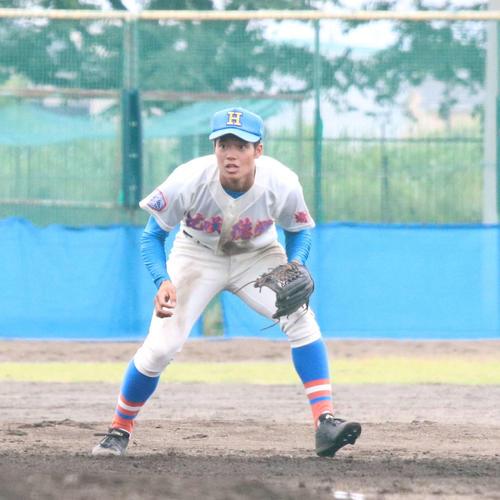 花咲徳栄対銚子 9回裏2死一塁、捕球に入る韮沢雄也内野手(3年)(撮影・加藤理沙)