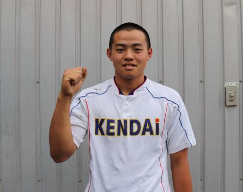 専大松戸との練習試合で2打席連続本塁打を放ち、笑みをこぼず健大高崎の主砲・伊藤雄紀内野手。頼れる4番打者だ(撮影・片倉尚文)