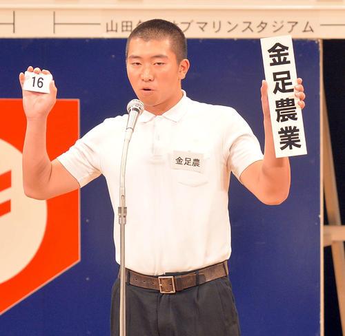 抽選会で番号を読み上げる金足農・船木主将(撮影・鎌田直秀)