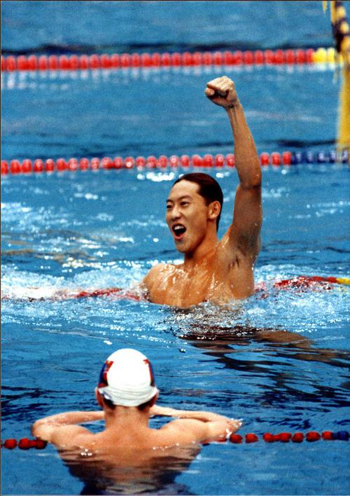 88年9月、ソウル五輪男子100メートル背泳ぎで金メダルを決めガッツポーズする鈴木大地