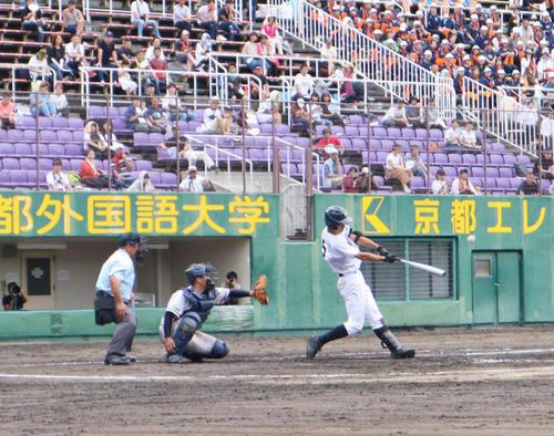 4回表2死満塁で本塁打を放つ龍谷大平安・奥村(撮影・南谷竜則)