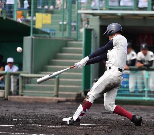 東淀川対大阪桐蔭 2回裏大阪桐蔭1死一塁、左越えに勝ち越し2点本塁打を放つ柳本直輝(撮影・上田博志)
