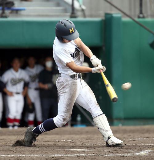 北海対札幌龍谷学園 8回表北海1死満塁、辻本は適時三塁打を放つ(撮影・佐藤翔太)