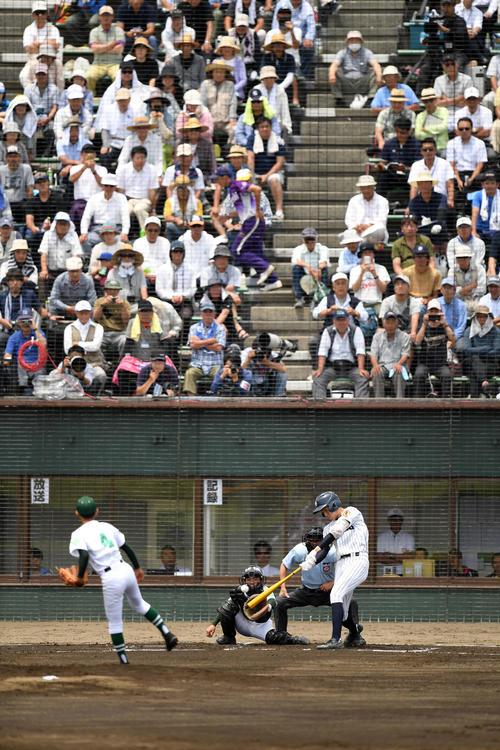 大船渡対遠野緑峰 1回表大船渡1死一、二塁、右中間へ2点適時三塁打を放つ佐々木(撮影・横山健太)